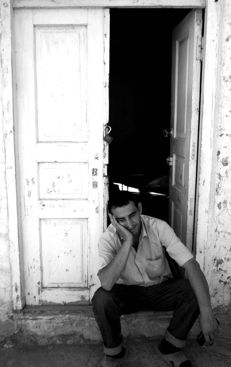 32.Qapı ağzında oturan bir dükançı.Sədərək,Naxçıvan.