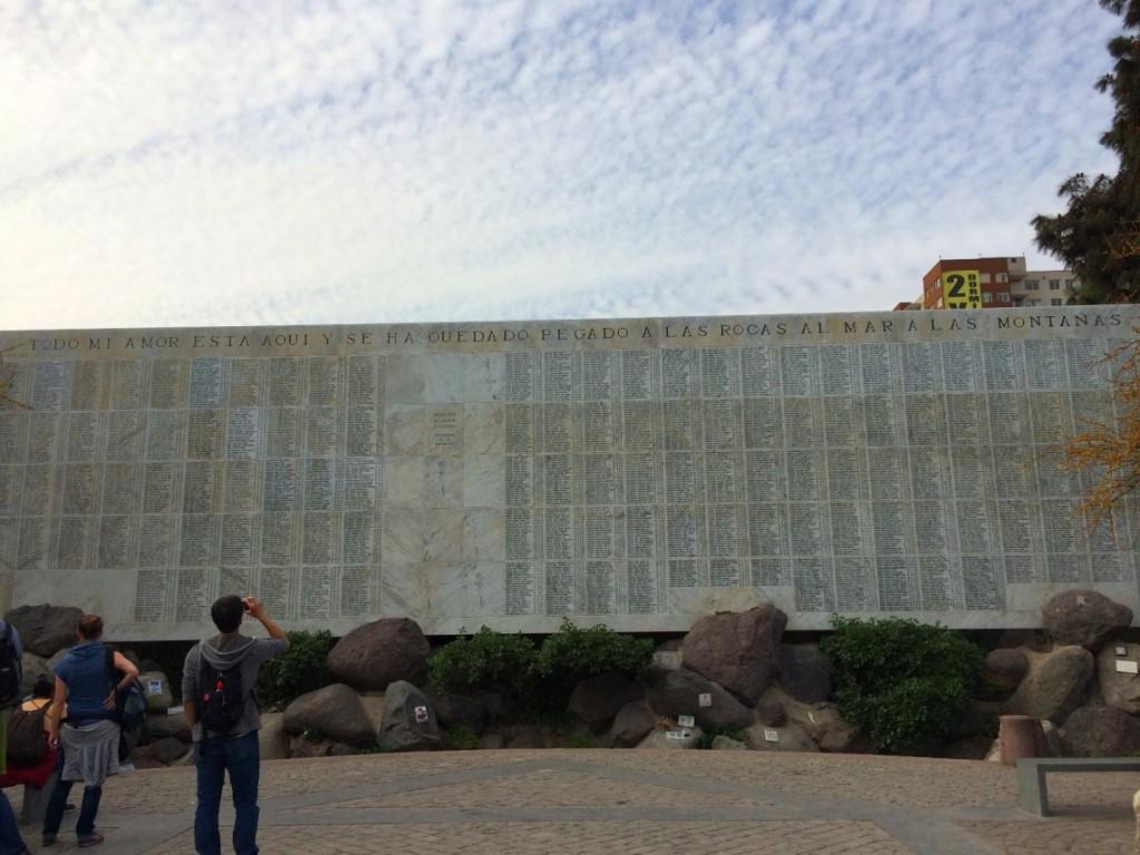 Мемориальная стена с именами без вести пропавших и погибших во время диктатуры Пиночета на кладбище в Сантьяго