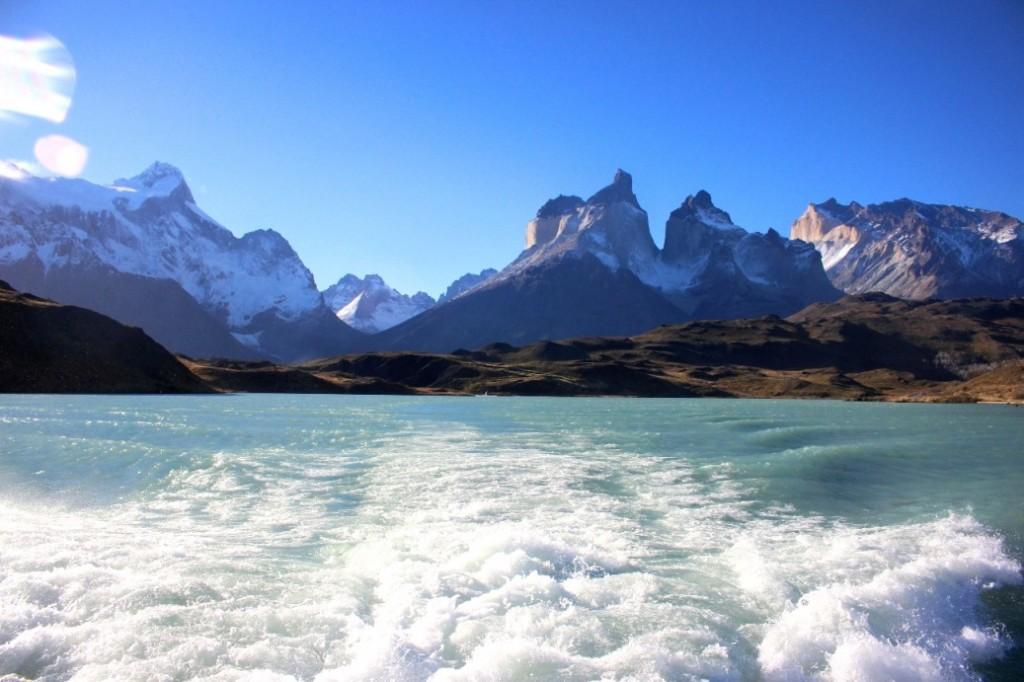 Пересекая озеро на катамаране в парке Торрес-дель-Пайне