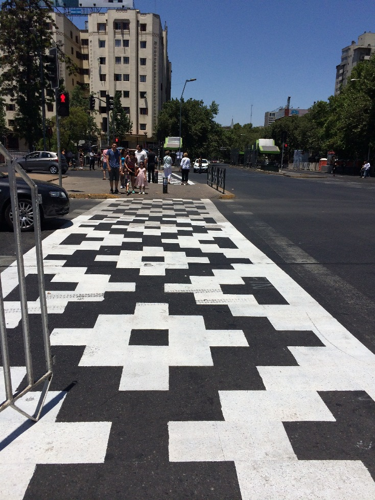 Своеобразный пешеходный переход в Сантьяго
